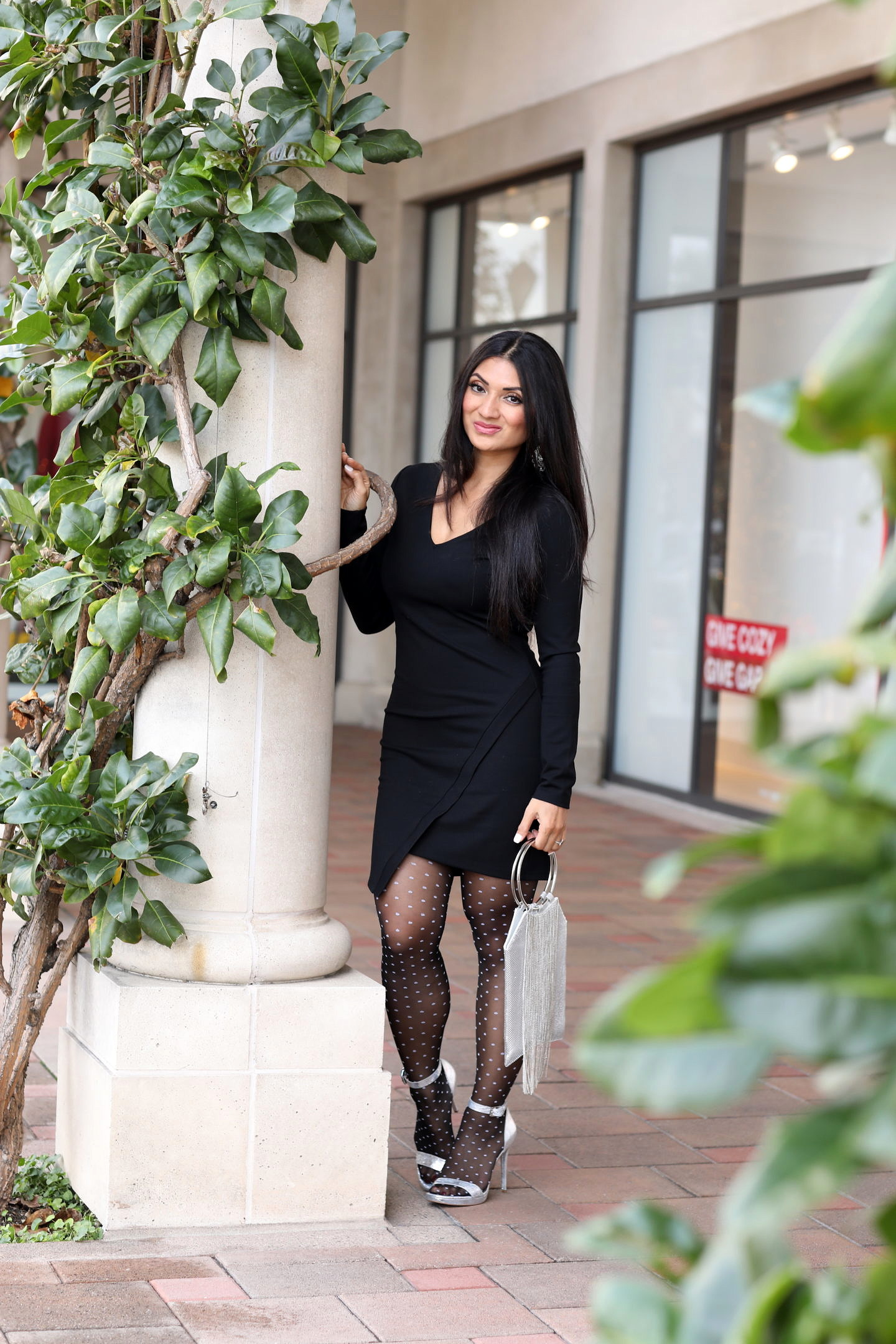 Click HERE if you have been searching for the perfect LBD without any luck! Orange County Blogger Debbie Savage is sharing her favorite LBD with unexpected details and why everyone should grab a LBD ASAP! See why HERE!